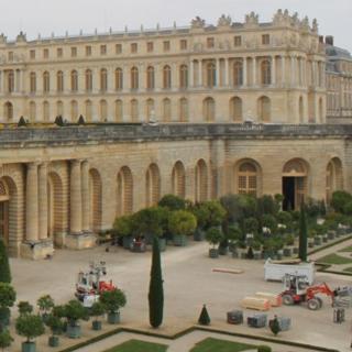 Le manufacturier de pneumatiques coréen Kumho fait don de bancs au Château de Versailles